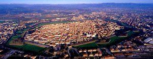 Lucca e le sue famose Mura Medioevali... Esempio di molti confini di provincia...