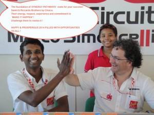 Samit & Riccardo con la cornice del sorriso di Jair (tre continenti in una foto! :) )