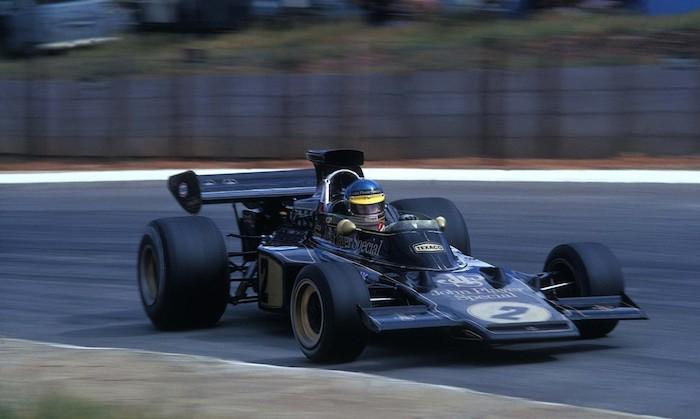 Ronnie Peterson durante uno dei suoi leggendari 'controsterzi a tavoletta' con la Lotus 72